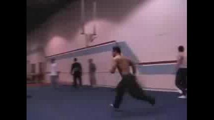Много яки гимнастически трикове в зала