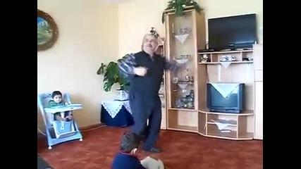 Дядо играе апачи-apaci oynayan dede