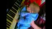 Бебе Свири На Пиано