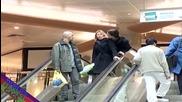 Нахалник раздава целувки на ескалатора - Скрита камера