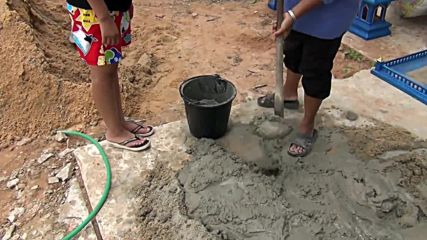 Тези хора си направиха бързо малък и евтин басейн в тяхната къща в Тайланд!