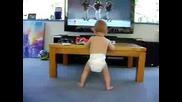 Смях!бебе танцува пред телевизора!