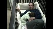 Мъката на един баща докато приспи малката си дъщеря!!!