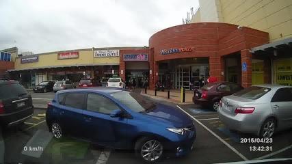 Неопитна жена паркира Toyota .
