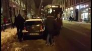 Задружни пешеходци освобождават трамвайните релси от неправилно паркирана кола
