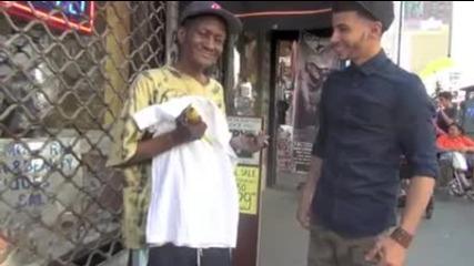 Две момчета помагат на бездомните