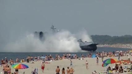 Военен кораб акостира на плажа сред хората!!!