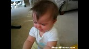 Бебе плаче на песен..