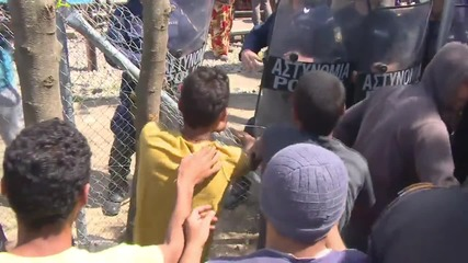 Greece: Refugees attempt to break through police line at Macedonian border