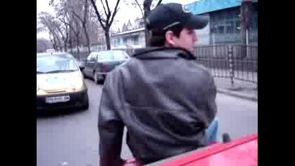 Луд Пич Се Вози На Багажника