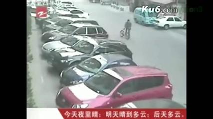 Луд човек мята колело по крадци , които се опитват да избягат със скутер!
