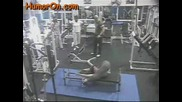 Човек Се Пребива Във Фитнес Зала!