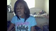 Момиче пее Dont Stop The Music на Rihanna
