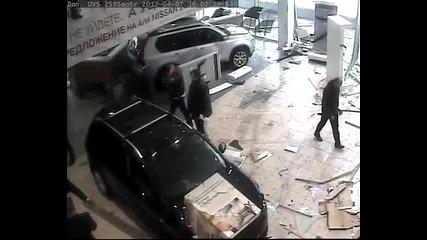 Така постъпват недоволните руснаци с автосалоните...