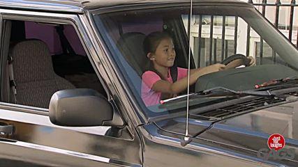 Малко момиченце подкарва кола - скрита камера / Just For Laughs Gags /