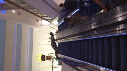 Оригинално слизане с ескалатор !