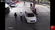 Смел клиент спира крадец обрал бензиностанция