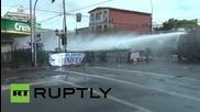 Водни оръдия срещу демонстранти в Чили