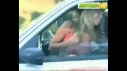 Момиче Показва Гърдите си на Непознати !!!