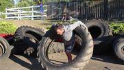 Мъж използва гума от трактор за обръч