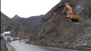 Премахват висящите над Креснеското дефиле скали