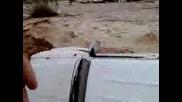 Кола повлечена от река