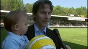 Холандски клуб подписа с 18 месечно бебе
