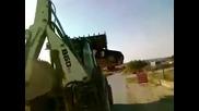 Бесен български багерист в Кипър Унищожава Автомобил