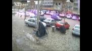 Avtomobil blaska peshehodci