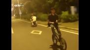 Ето какво се случва когато карате колело назад без ръце и говорите по телефона!