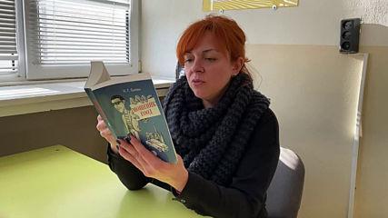 """Художничката Лена Старибратова чете откъс от романа """"Мошеник ЕООД"""" от К. Г. Балан"""