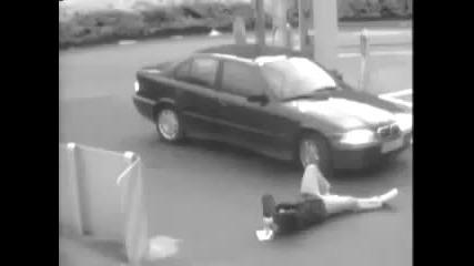 Бариера пада върху главата на човек! И като капак кола минава през краката му!