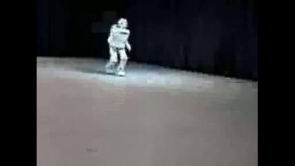 Робот се движи почти като човек