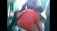 момче (потребителя dum) със женска чанта