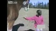 Момиче се закача с кон и познайте какво следва...!