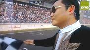 F1 Гран при на Корея 2012 - Psy развява финалния флаг на пилотите [hd]