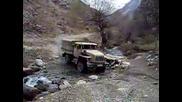 Военен Камион Ural Минава През Река