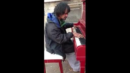 Бездомен мъж свири на пиано мелодия,която сам е написал