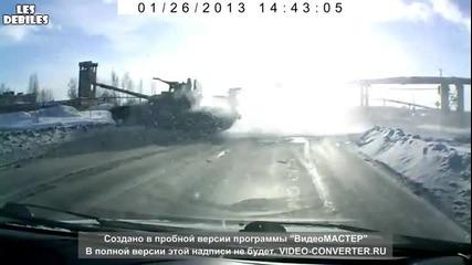 Танк минава за секунди през пътя в Русия