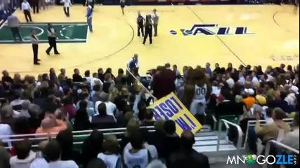 Баскетболен фен се бие с талисман на отбор