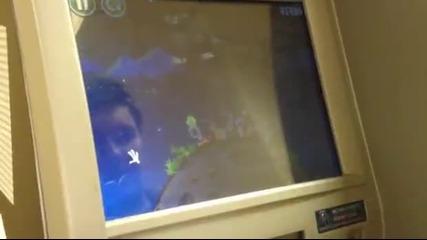 хакване на банкомат и игра на Play Angry Birds