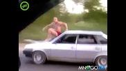 Луд руснак сърфира върху Лада Самара