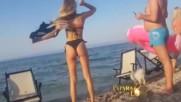 Красавицата Луна показа пищни форми на плажа в Гърция