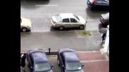 Голям смях - Жена паркира своята кола !!!!