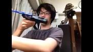 Луд азиатец си мие зъбите с пистолет!