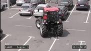 Смях ... Луда мацка паркира трактор !!!
