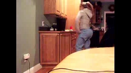 Момиче Танцува Вкъщи