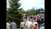 Абитуриент каца с парашут на бала си в Пловдив !