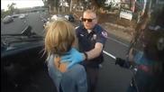 Моторист спира за да спаси момиче от преобърната кола на пътя!