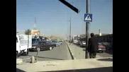 Американски Войници С Хамър Блъскат Коли В Ирак